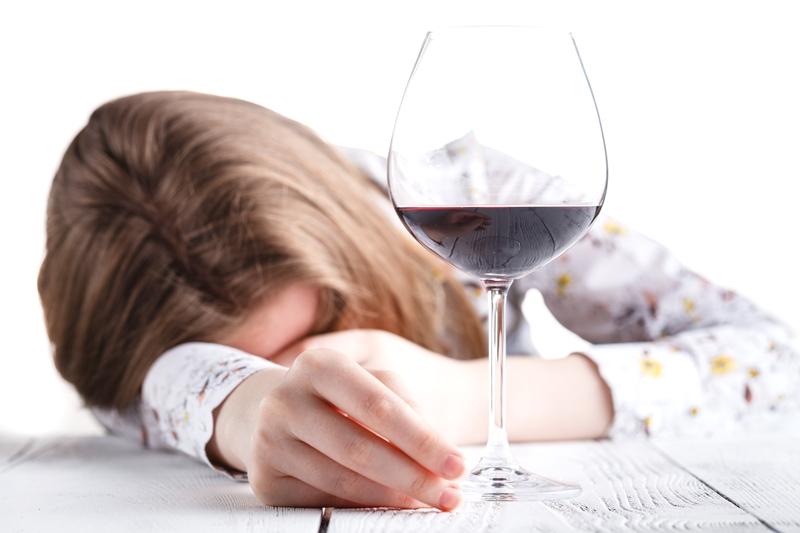 Powiedz STOP alkoholowi! Zadzwoń, zapytaj i pozwól sobie pomóc.