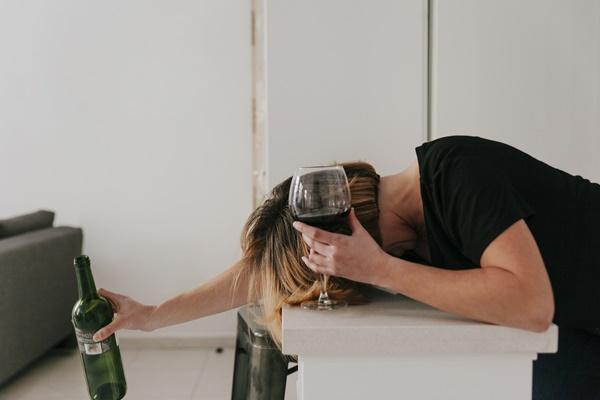 majaczenie alkoholowe wraz z zaburzeniami świadomości i napady drgawkowe